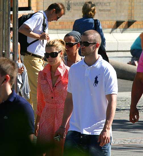 HÅND I HÅND: Justin holdt et godt tak i hånda til Jeccica Biel da de vandret gatelangs i Oslo i går ettermiddag. Etter en båttur og middag på restaurant Oro dro de tilbake til Grand Hotel. I kveld står han på scnenen i Spektrum.