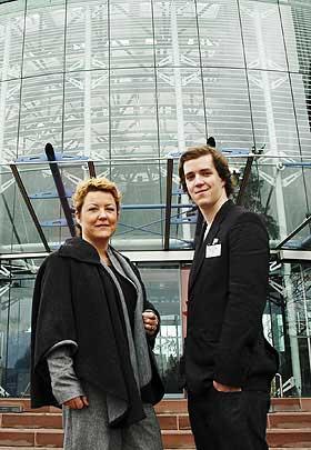 VANT I STRASBOURG: Ingebjørg Folgerø og sønnen Gaute Tyberø er en av de tre familiene som reiste til Strasbourg for å prøve fritaksretten for KRL-faget i Den europeiske menneskerettighetsdomstolen. Domstolen gir foreldrene medhold, etter at de har tapt i alle rettsinstanser i Norge.