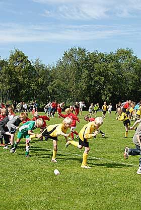 LOVENDE PHOONERE? P� Kv�l utnyttet arrang�rene de mange fotballspillende barna som var samlet til mini-cup for � f� nok folk til � danne 10 phooneringer med minst 30 personer i hver.