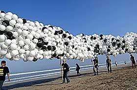 UPOPULÆR GASS: Her demonstrerer Greenpeace mot utslipp av Co2 på Bali i mai i år.
