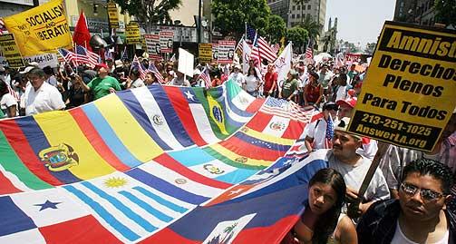 DET VANSKELIGE MANGFOLDET: En ny stor studie fra USA viser at større etnisk mangfold i lokalsamfunn fører til økt mistillit mellom innbyggerne. Her demonstrerer immigranter i Los Angeles for at myndighetene skal gi illegale innvandrere i USA legalt opphold.
