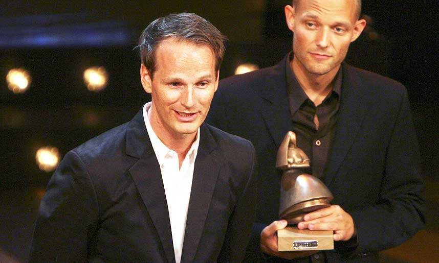 TRIUMF: Regiss�r Joachim Trier (t.v.) og medmanusforfatter Eskil Vogt (t.h.) etter � ha mottatt prisen for beste filmmanus - en av tre priser til �Reprise� under kveldens Amanda-utdeling.