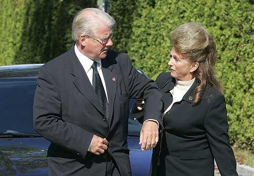 FRIS�R OG KOFFERTB�RER: I Eli Hagens biografi �Elskerinne, sekret�r og hustru� er Simonsen blant dem som f�r gjennomg�. I hans krimroman fungerer Bj�rn Olsens kone Lise som koffertb�rer, fris�r og sekret�r for ektemannen.