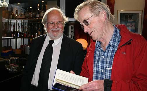 HAR SLOSS: - Jeg har kranglet og sloss mye med Simonsen gjennom tidene, sa forsvarsadvokat Tor Erling Staff da han dukket opp p� lanseringen av eks-stortingsrepresentantens krimbok i g�r. Staff sa han skulle ta boken med i retten og lese den i ro og mak.