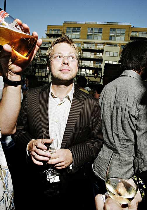 FESTIVITAS: Henrik Langeland lanserte sin siste roman milevidt fra Petter Dass' Nordland.
