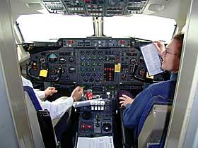 NÆR KATASTROFE: Begge pilotene i Braathens-flyet ble slått ut av giftgass 12. november 1999. Havari ble unngått med nød og neppe. Flyet hadde 73 mennesker om bord. Bildet er tatt under rekonstruksjonen av nestenulykken.
