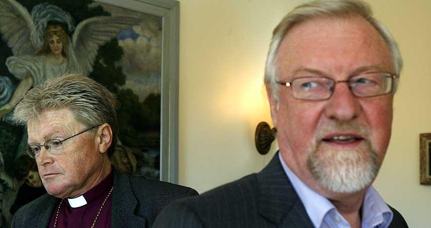 MOT: Oslo-biskop Ole Christian Kvarme er skuffet over bispem�tets innstilling om � vigsle homofile prester, og sier han vil ikke gj�re det selv. I bakgrunnen biskop Tor Berger J�rgensen som er glad for det nye vedtaket.
