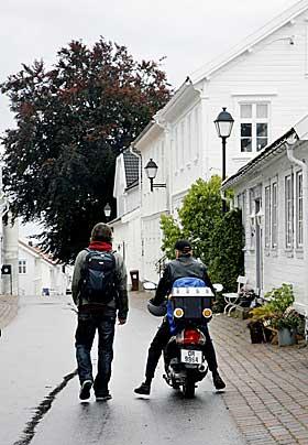 HJEMOVER: Fred er p� vei hjem fra legen. Even Benestad sl�r f�lge.