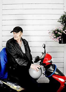 EASY RIDER: - Jeg har syke hester. Ellers er jeg helt fin, sier Robsahm. En bivirkning av hivmedisinen er store smerter i beina. For � komme seg rundt, kj�rer han p� scooteren han har f�tt av Even Benestad. Bakp� har han skrudd fast ei Kaptein Sabeltann-skattekiste.