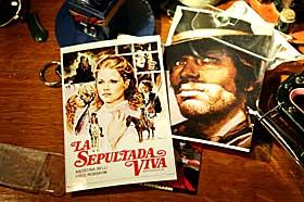 MINNER: Fred og hans kj�re Agostina p� gamle filmplakater.