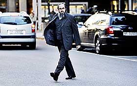 P� VEI TIL RETTEN: Mulla Krekar avviste h�flig da han ble spurt om han ville uttale seg til pressen da han ankom H�yesterett.