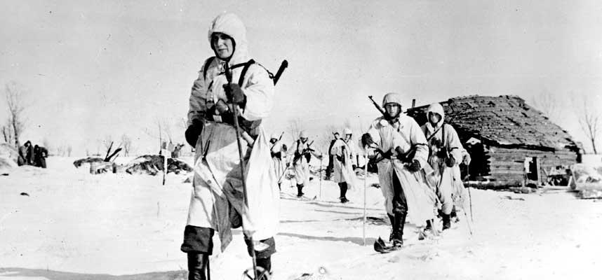 ØSTFRONTEN: Sovjetunionen, januar 1943. Bildet viser en tysk rekognoseringspatrulje fra Waffen SS på ski. Noen av frontkjemperne var nordmenn. Fredrik Jensen var en av dem.