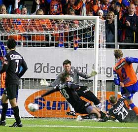 GIGANTEN AAR�Y: Tor Hogne Aar�y sklir inn 2-0 og s�rger for at hjemmelaget f�r det forspranget de trengte for � holde Brann unna.