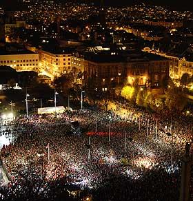 IKKE HEM RIKTIG ENN�: Det var h�ytidsstemning da titusenvis m�ttes p� Festplassen i Bergen for � feire at gullet kom hem.