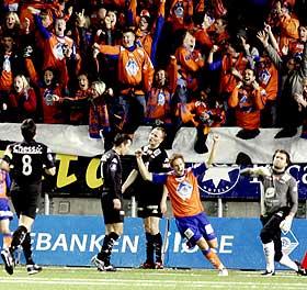 1-0: Amund Skiri har banket inn ledelsen for hjemmelaget og de oransje heltene feires p� ekte sunnm�rsk vis.