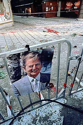 DRAPET P� PALME: Fra f�rste stund ble det lansert teorier om at en konspirasjon sto bak drapet p� Sveriges statsminister i 1986. H�yreekstreme krefter, kurdiske PKK, S�r-Afrikas etterretningstjeneste og politiet har f�tt skylda. Noen kobler ogs� Illuminatus til denne saken. Christer Petterson ble d�mt og senere frikjent i saken.