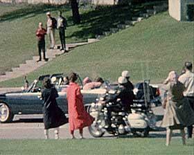 DRAPET P� JFK: Her lener Jackie Kennedy seg over den amerikanske presidenten som ble skutt og drept i Dallas i 1963. Hvem som sto bak drapet har v�rt gjenstand for uendelige spekulasjoner. Var Lee Harvey Oswald alene eller ble han brukt som syndebukk?