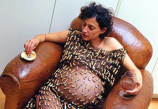 EN PAKKE OM DAGEN: Kunstner Susie Freeman viser ved hjelp av dette strikkede verket hvor mange sigaretter en røykende mor konsumerer i løpet av et svangerskap.