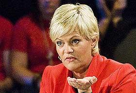 TRUFFET: Finansminister Kristin Halvorsen fikk en marsipankake i hodet f�rste dagen p� jobb som minister.