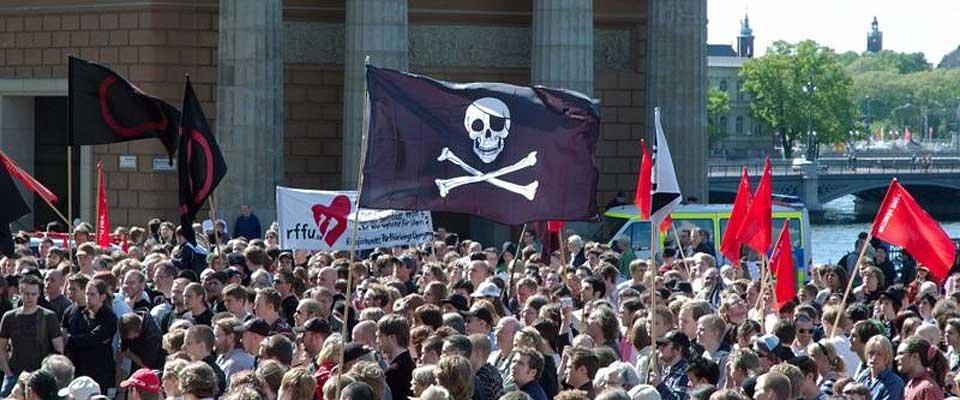- EN NY INDUSTRIELL REVOLUSJON: Bildet er tatt i Stockholm i uni 2006 under pro-pirace-demonstrasjonen. I fildelingens �nd er bildet frigitt for distribusjon.