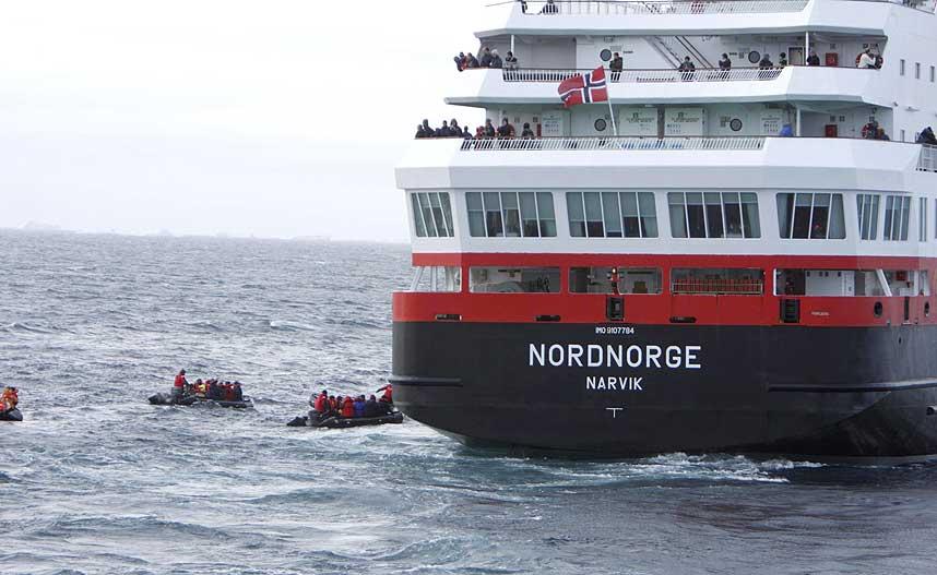 REDDET AV HURTIGRUA: Her reddes passasjerene fra MS Explorer om bord p� hurtigruteskipet Nordnorge.