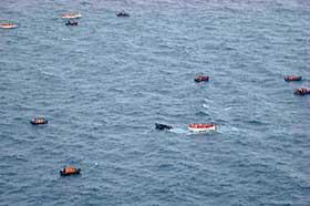 PASSASJERENE REDDES: Her er de hundre passasjerne ombord p� Explorer reddet over i livb�tene og venter p� hjelp fra hurtigruta.
