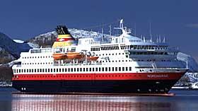 P� VEI: Hurtigruteskipet MS Nordnorge er p� vei til det synkende skipet for � bist� i redningsarbeidet.