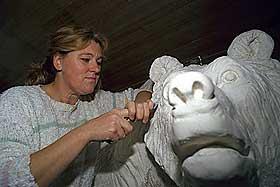 MYKT MATERIALE: Marmor egner seg fint blant annet til statuer fordi det er et mykt materiale som er lett å skjære i. Bildet viser billedhuggeren Elena Engelsen i arbeid.