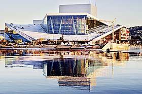 REISER SEG I BJØRVIKA: Operaen er omgitt av trafikk. Både luftforurensning, vær og vind kan føre til slitasje på marmoren, hevder eksperter.