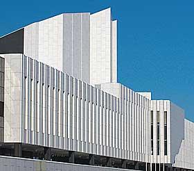BLE STYGT PÅ 30 ÅR: Finlandia-bygget i Helsingfors ble oppført i 1970 med hvit marmor som bekledning. Marmorplatene måtte skiftes ut etter 30 år. De tålte ikke vinterfrost.