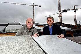 VURDERTE ULIKE TYPER STEIN: Prosjektleder for Snøhetta Tarald Lundeval (t.v.) og prosjektleder for statsbygg Roar Bjordal med steintypene bianco-marmor og den norske green ice i 2004.