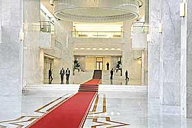 GODT EGNET INNENDØRS: Marmor anses som vakkert. Her fra presidentpalasset i Damaskus der gjestene tas imot på rød løper på marmor.