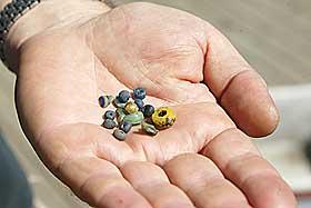 RIKE FUNN: Man antar at p� 800-tallet kan det ha bodd 400-600 mennesker i Skiringssal. Her smykkesteiner som arkeologene har funnet der.