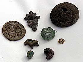 BEBODD SIDEN 700-TALLET: Antakelig bodde vikingene i i Skiringssal fra 700-tallet.Her andre funn fra vikingbyen: Glassperler, bryner og leirkrukkedeler.
