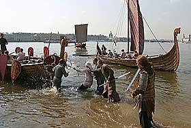 BYGGET EN NY TYPE SKIP: De slanke og raske langskipene egnet seg godt i krig- og plyndringstokter. De stakk ikke s�rlig dypt i vannet, slik at de kunne legge til p� grunt vann.
