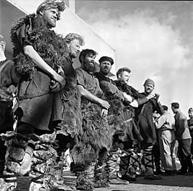 MYTEOMSPUNNE VIKINGER: Hvordan vikingene s� ut og hva de drev med er blitt omspunnet av mange myter. Bildet viser hvordan filmskaperne av �The Viking� s� for seg vikingene i 1957.