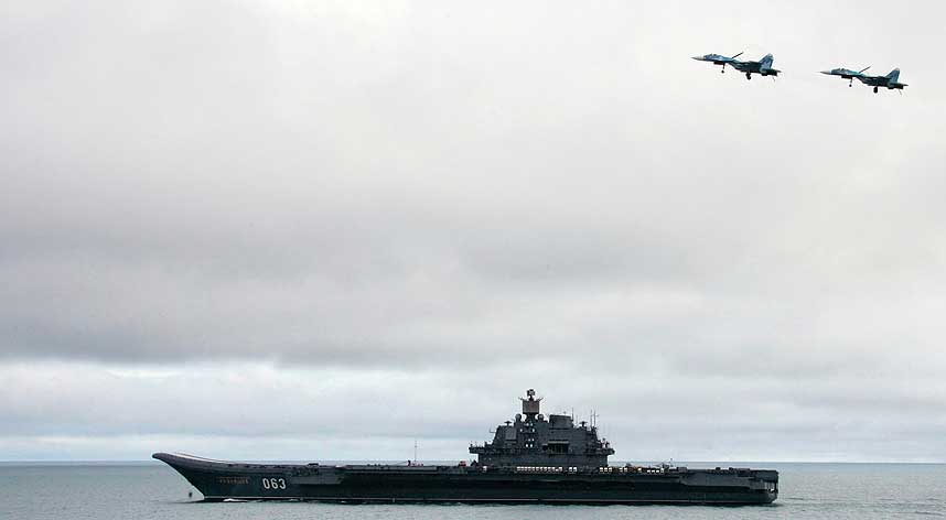 ENORMT FART�Y: Admiral Kuznetsov er 300 meter langt og 83 meter bredt, og har kapasitet til 17 jagerfly av typene Su-33 og Su-25 samt enda flere helikoptre.
