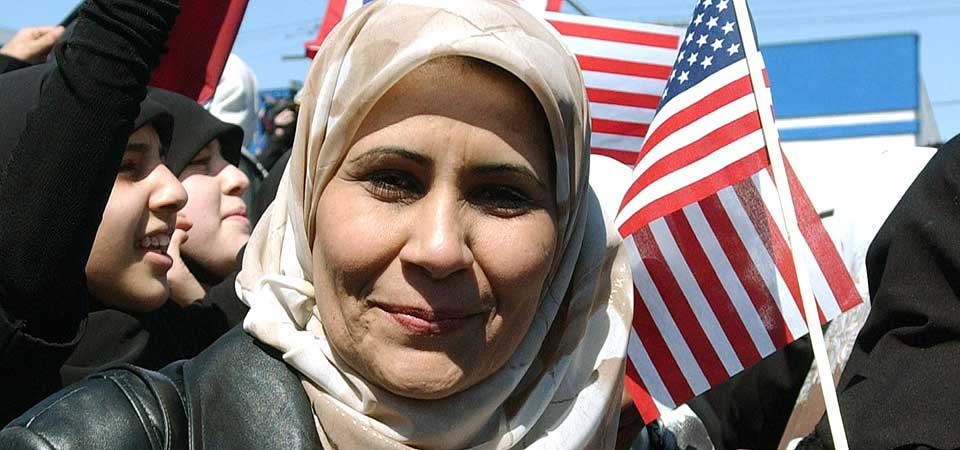 MUSLIMER I USA: En amerikansk-irakisk kvinne deltar i en demonstrasjon i Dearborn, Michigan, i støtte for den amerikanske invasjonen i Irak. Henry Fords hjemby har i dag USAs høyeste tetthet av innbyggere med bakgrunn fra Midt-Østen.