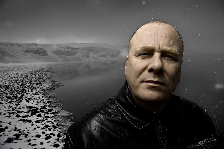 HETT FRA ISLAND: Den islandske forfatteren Arnaldur Indridason kommer ut på norsk i vår. Her er han avbildet ved Kleifarvatn, som danner ramme rundt hans forrige krimroman på norsk, «Vannet».