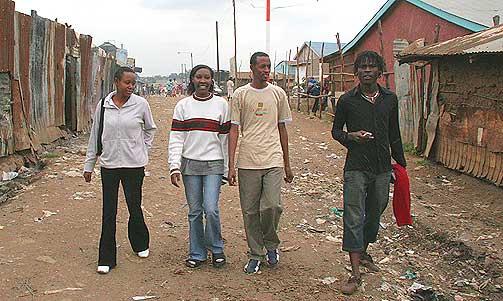 GÅR FOR FRED: Ungdommene i Radio Koch FM håper at opptøyene og volden i Kenya roer seg og at landet skal få fred igjen. Fra venstre: Hellen Wanjku, Purity Muchiri, Abdi Hussein og Frances Ngira