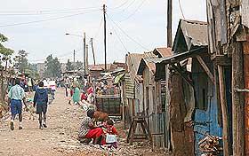 LOVLØSHET: Her i Korogcho-slummen i Nairobi har politiet flyktet etter de ville tilstandene. Innbyggerne må derfor beskytte seg selv.