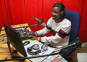 OPPLYSER: Purity Muchiri er en av arbeiderne i ungdomskanalen. Radio Koch FM består av folk fra midten av tenårene til oppi 20-åra.