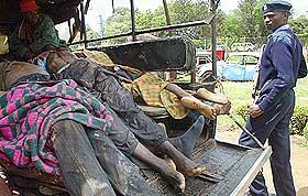 KOROGOCHO-SLUMMEN: Dette bildet er Korogocho-slummen 31. desember 2007 og viser flere av ofrene etter blodige opptøyer etter valget.