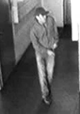 F� SIKRE OBSERVASJONER: Dette er politiets bilder av mannen fra et overv�kningskamera i en boligblokk.