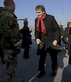 b>I SIKKERHET.Utenriksminister Jonas Gahr St�re skal v�re i sikkerhet etter eksplosjonen. Her tar han av seg gamasjene p� flyplassen i Kabul i Afghanistan etter ankomsten mandag. Foto: Stian Lysberg Solum / SCANPIX