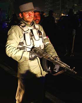 VEISPERRINGER:Afghansk personell vokter veisperringene like ved hotell Serena.