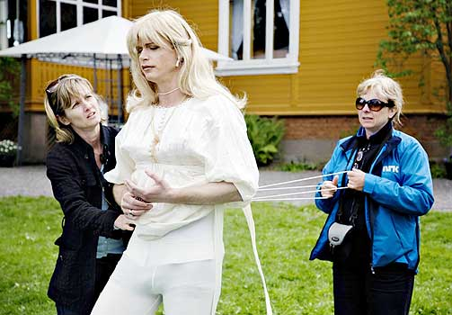 STRAMMES OPP: - Å kom igjen, dra! Harald Eia ofrer det meste for å bli svenske Sara i «Uti vår hage 2». Her får han hjelp av to fra NRKs underholdningsavdeling til å stramme korsettet.