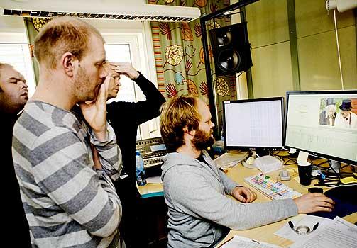 KLIPPEKAOS: Atle, Bård og Harald har meninger om justeringer på de to siste episodene i serien. Klipper Perry Eriksen tar det med knusende ro.