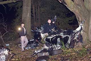 DELT I TO: BMW M5-en ble delt i to i sammenstøtet med treet, og alle de fem i bilen omkom momentant.