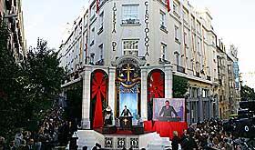FRELSEREN: Tom Cruise holder tale for Madrids scientologimedlemmer i 2004. Scientologikirken er blitt anerkjent som religion i Spania de senere �r. Sverige godkjente trosretningen allerede i 1999.